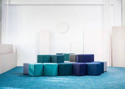 soft seating w różnych odcieniach niebieskiego