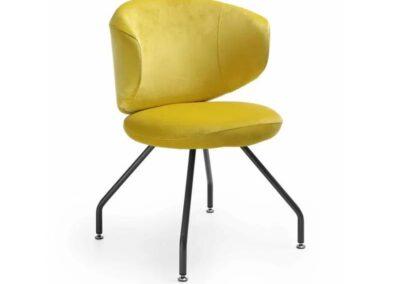 żółte krzesło na czterech nogach
