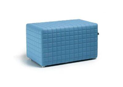 niebieska pikowana pufa