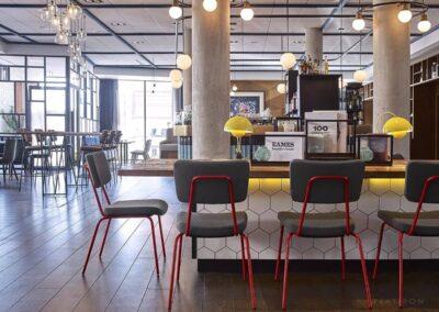 restauracyjna aranżacja krzeseł epocc