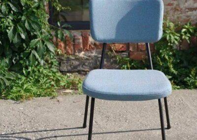 pastelowe minimalistyczne krzesło