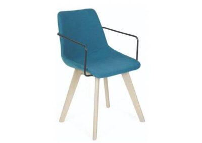 minimalistyczne krzesło na drewnianych nogach