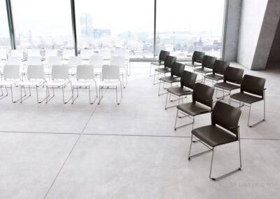krzesła w otwartej przestrzeni