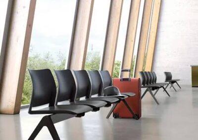 krzesła połączone w ławkę