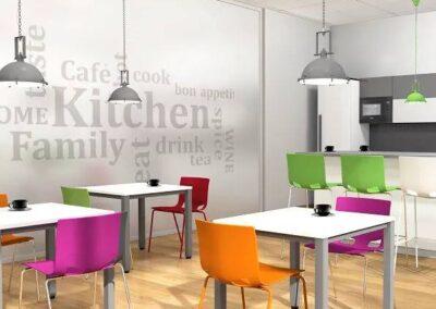 kolorowe krzesła kawiarniane