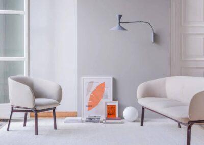 fotel i sofa w stylowym wnętrzu