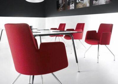 czerwone krzesła konferencyjne
