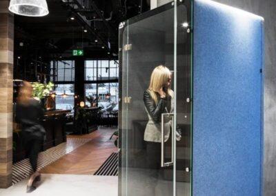 kabina ze szklanymi drzwiami