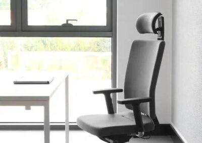 fotel obrotowy mate w przestrzeni biurowej