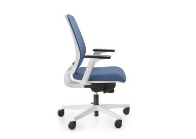 niebieski fotel biurowy momo