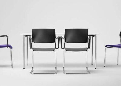 wygodne krzesła z miękkim poduszkami