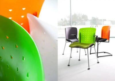 kolorowe krzesła konferencyjne