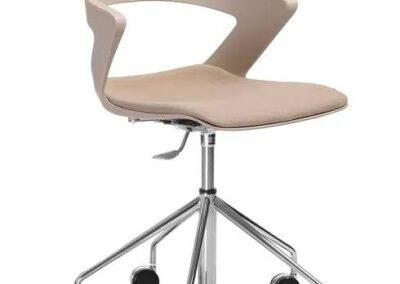 beżowe krzesło na kółkach