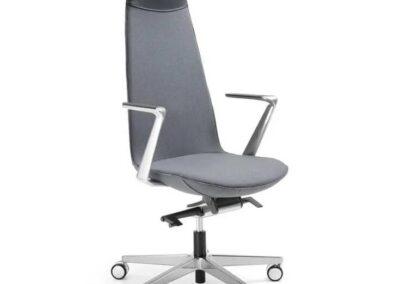 nowoczesny fotel lumi z naturalnego drewna