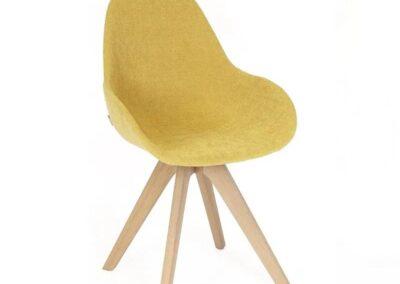 żółte krzesło z drewnianymi nogami