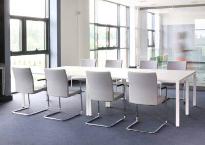krzesła w sali konferencyjnej