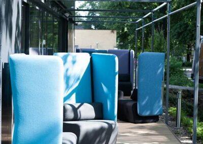 soft seating na otwartej przestrzeni