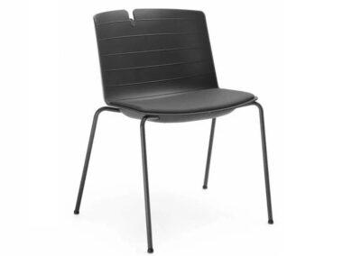 czarne krzesło z szerokim siedziskiem