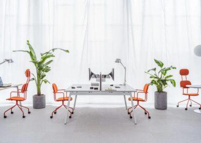 białe podwójne biurko