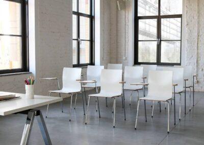krzesła z podłokietnikiem i pulpitem