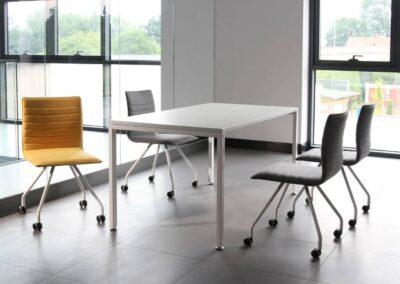 komfortowe krzesła na kółkach