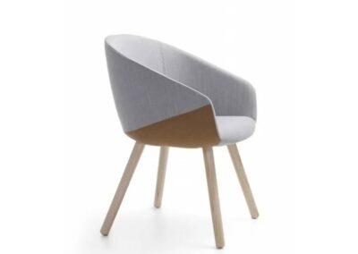 nowoczesny fotel z drewnianymi nogami