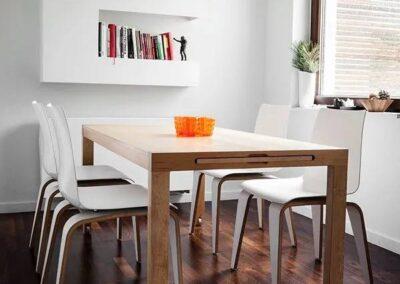 nieszablonowa forma krzeseł w domowej jadalni