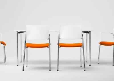 biało-pomarańczowe krzesła