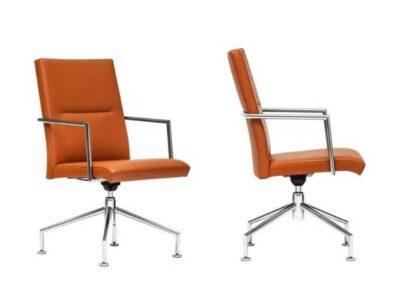 brązowe krzesła konferecyjne