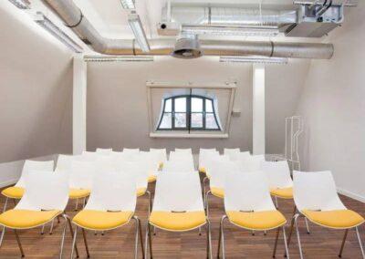 profilowane krzesła konferencyjne