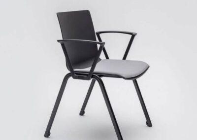 krzesło o prostej konstrukcji