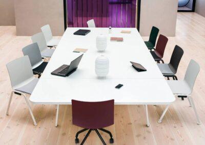 proste krzesła w sali konferencyjnej