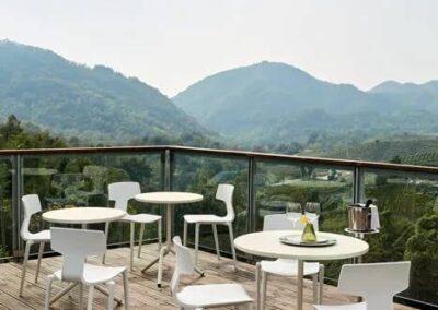 krzesła kawiarniane z okrągłymi stolikami