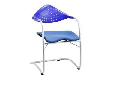 niebieskie krzesło konferencyjne