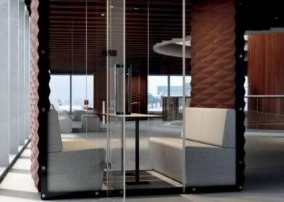 budka akustyczna ze szklanymi ścianami