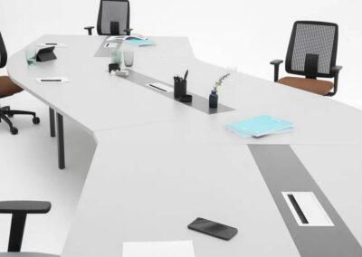 niestandardowy kształt stołu konferencyjnego