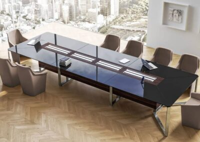 aranżacja sali konferencyjnej ze stołem i meet