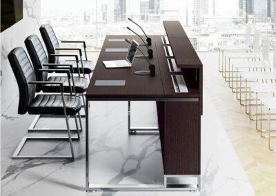 stół i meet z mównicami konferencyjnymi