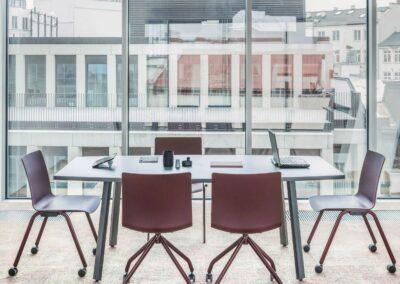 stół konferencyjny z owalnym blatem