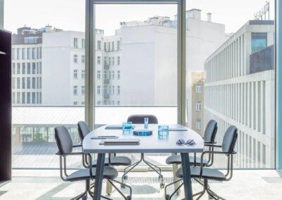 aranżacja stołu z owalnym blatem