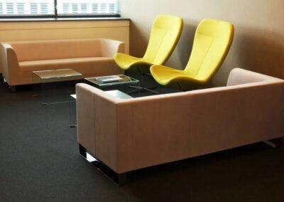 żółte fotele w ciepłej aranżacji