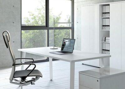 biurko ogi a w przestrzeni biurowej